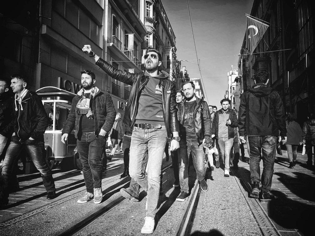 Fußballfans laufen auf dem Taksimplatz